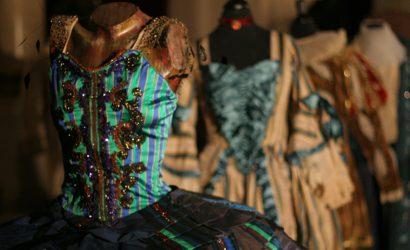 Desde armaduras a vestidos de época: Teatro Municipal de Santiago pone a la venta prendas utilizadas en sus producciones