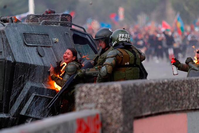 Carabinera herida por bomba molotov presenta querella por homicidio frustrado