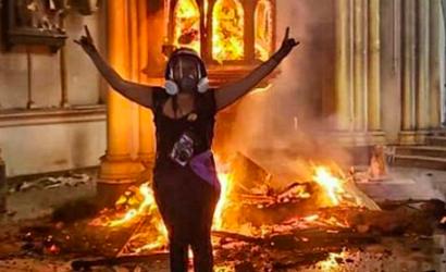 Joven publica foto celebrando incendio al interior de iglesia de Carabineros