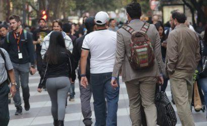 Análisis de Bloomberg por segundo retiro del 10%: «Los chilenos arrasan con millones de dólares de sus fondos de pensiones»