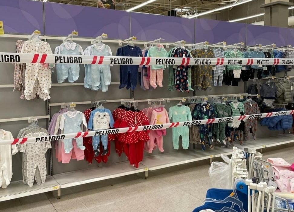 La foto que indigna en redes: supermercado con huincha de peligro en góndola de ropa para niños