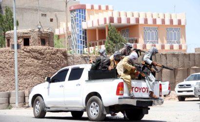 """Las embajadas de EEUU y Reino Unido en Afganistán instaron a sus ciudadanos a que abandonen el país """"a la mayor brevedad"""" por el avance de los talibanes"""