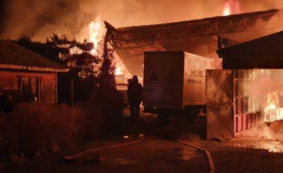 Megaatentado incendiario en Cañete: 4 casas, 2 bodegas y una decena de vehículos destruídos