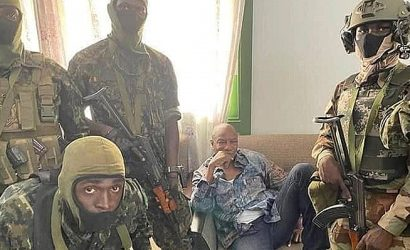 Militares golpistas capturan al presidente de Guinea-Conakri y declaran la disolución del Gobierno y la Constitución