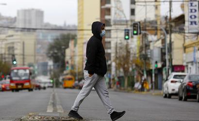«Una generación marcada»: Economistas analizan cómo los chilenos sub 30 deberán cargar con el costo de la crisis
