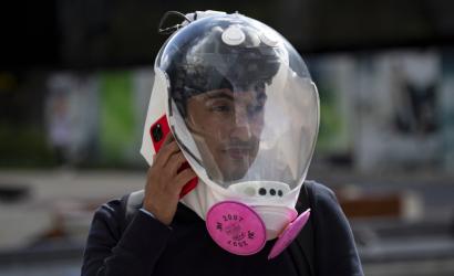 Ingenieros colombianos diseñan una burbuja de bioseguridad similar al casco de un astronauta que protege contra el covid-19