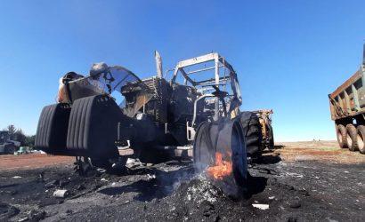 Queman ocho máquinas de forestal Mininco en Toltén y encapuchados dejan lienzo alusivo a la CAM