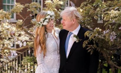 Primer ministro británico rompe con la tradición protestante y se casa por rito católico