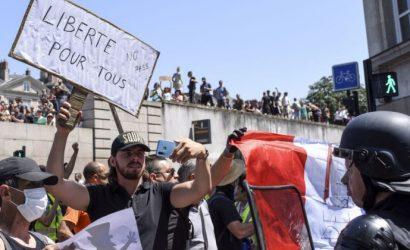 Macron obligado a dar marcha atrás en la obligación de pasaportes de vacunas para centros comerciales después de protestas a nivel nacional