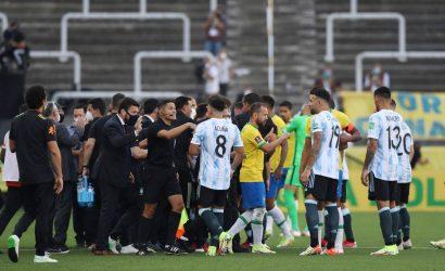 Polémica imagen: agente sanitario habría ingresado armado para sacar a jugadores argentinos